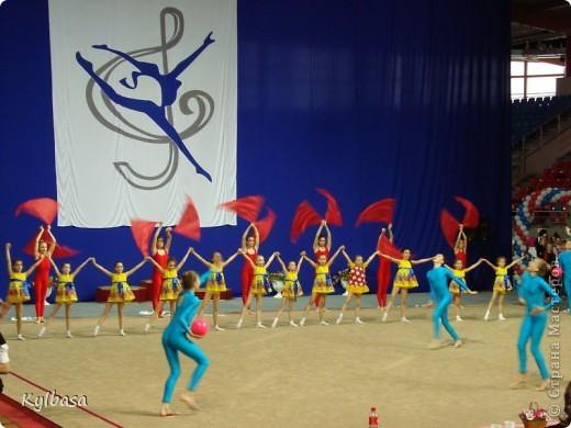 Со вчерашнего дня в моей любимой Астрахани проходят соревнования 5 этапа летней спартакиады школьников по художественной гимнастике.  Участники - команды Южного Федерального  и Северо-кавказского округов. Как всегда, эти соревнования -  праздник юности, красоты, энергии, гармонии и пластики.  Маленькие гимнастки очень одаренные,  красивые и нежные, показывают чудеса владения собственным телом и гимнастическими предметами.  Отдельного внимания (в рамках страны мастеров) заслуживают костюмы спортсменок. Я, как человек в недавнем прошлом сама шивший и расшивавший подобные  купальники своей дочери, с каждым разом все больше и больше поражаюсь мастерству портних и рукодельниц,украшающих купальники. Им в моем репортаже посвящены отдельные кадры.  фото 7