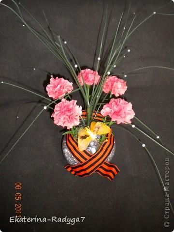 Вот такая композиция у меня получилось к празднику! Спасибо ЕМ за ее МК по гвоздикам, но сами цветочки собирала немного иначе. В общем как всегда судить Вам! Приятного просмотра :)  фото 7