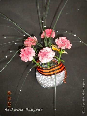 Вот такая композиция у меня получилось к празднику! Спасибо ЕМ за ее МК по гвоздикам, но сами цветочки собирала немного иначе. В общем как всегда судить Вам! Приятного просмотра :)  фото 5