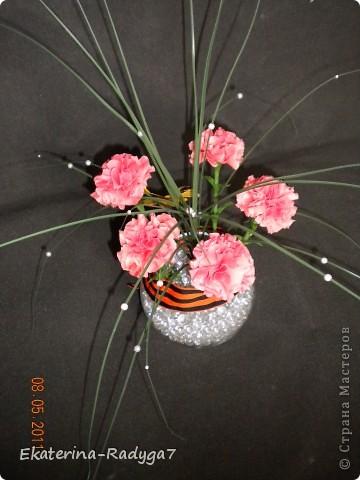 Вот такая композиция у меня получилось к празднику! Спасибо ЕМ за ее МК по гвоздикам, но сами цветочки собирала немного иначе. В общем как всегда судить Вам! Приятного просмотра :)  фото 6