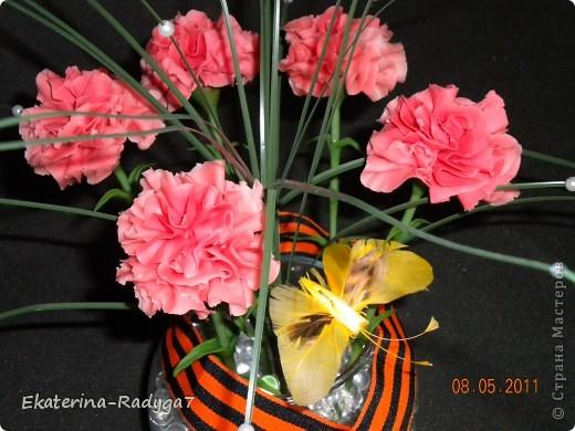 Вот такая композиция у меня получилось к празднику! Спасибо ЕМ за ее МК по гвоздикам, но сами цветочки собирала немного иначе. В общем как всегда судить Вам! Приятного просмотра :)  фото 3