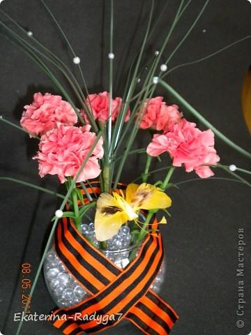 Вот такая композиция у меня получилось к празднику! Спасибо ЕМ за ее МК по гвоздикам, но сами цветочки собирала немного иначе. В общем как всегда судить Вам! Приятного просмотра :)  фото 2