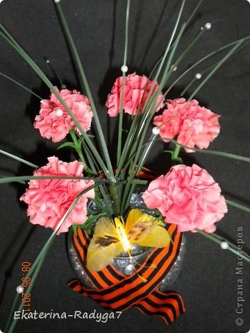 Вот такая композиция у меня получилось к празднику! Спасибо ЕМ за ее МК по гвоздикам, но сами цветочки собирала немного иначе. В общем как всегда судить Вам! Приятного просмотра :)  фото 1
