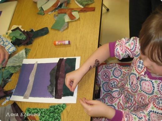 Это результат... По-моему, весьма неплохо для 5-летки! А теперь небольшой рассказ.  Работа сделана во время Дня искусств в начальной школе (США). Детям давали возможность попробовать разного рода техники: аппликацию из ткани, создание папье-маше, поделок из различных материалов... Фотографий, к сожалению, сделала немного, так как долго простояла у стола, где работала с детьми художник по тканям. Она меня просто покорила... фото 3
