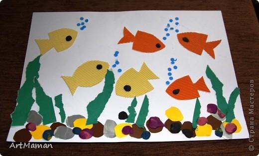"""""""Море"""" красили пальчиковыми красками. На другой день, когда наше """"море"""" высохло, сделали аппликацию. Рыбка из цветной бумаги + пластилин. Медуза - цветная бумага, пластилин, бумажные салфетки. Водоросли - обрывная аппликация (бумага). Камни - аппликация и пластилин. Делали с ребенком в 1 г. 6 мес. Деть красила """"море"""" обеими руками :). Потом мазала клеем детальки и клеила их. Мяла пластилин и катала из него шарики и колбаски, лепила камни, украшалки медузу и рыбку. Мама, конечно же, помогала.  фото 3"""