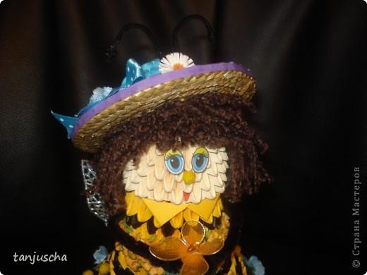 На этот раз придумала пчёлку. Это моя авторская работа. Очень давно хотела сделать такое платье и вот результат. Украшала пчёлку искуственными цветочками. Соломенную шляпку сделала в технике квиллинг. фото 3