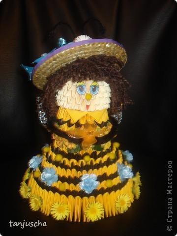 На этот раз придумала пчёлку. Это моя авторская работа. Очень давно хотела сделать такое платье и вот результат. Украшала пчёлку искуственными цветочками. Соломенную шляпку сделала в технике квиллинг. фото 2