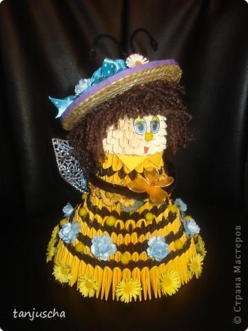 На этот раз придумала пчёлку. Это моя авторская работа. Очень давно хотела сделать такое платье и вот результат. Украшала пчёлку искуственными цветочками. Соломенную шляпку сделала в технике квиллинг. фото 1