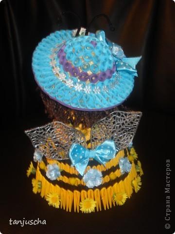 На этот раз придумала пчёлку. Это моя авторская работа. Очень давно хотела сделать такое платье и вот результат. Украшала пчёлку искуственными цветочками. Соломенную шляпку сделала в технике квиллинг. фото 5