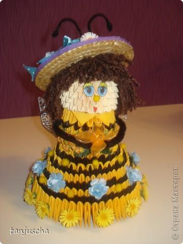 На этот раз придумала пчёлку. Это моя авторская работа. Очень давно хотела сделать такое платье и вот результат. Украшала пчёлку искуственными цветочками. Соломенную шляпку сделала в технике квиллинг. фото 6