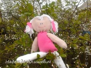 Поскольку я была на выходных у бабушки, то сфотографировала её в бабушкином саде)) Вот вам куколка хвастоется как она умеет на шпогат садится) фото 1