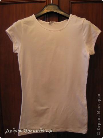В магазине увидела симпатичную футболку. Но цена  меня не порадовала. И я решила сделать  такую же. Мне понадобился маркер по ткани,  футболка и капроновая лента.  фото 2