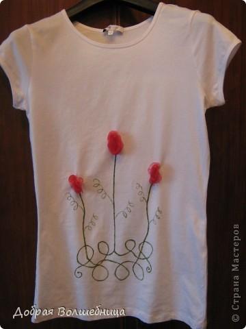 В магазине увидела симпатичную футболку. Но цена  меня не порадовала. И я решила сделать  такую же. Мне понадобился маркер по ткани,  футболка и капроновая лента.  фото 1