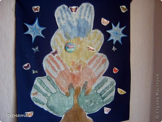 Нужно ткань основу; белый  ситец, на который  папа  ставит  свои  ладошки накрашенные  акварелькой, затем  мама и дети.  нашему  семейному  дереву  уже 15 лет. В последствии  мы его дополняем-декорируем  своими работами ( снежинки в технике изонить и внизу  висит плетень, он есть в моем блоге  отдельно).