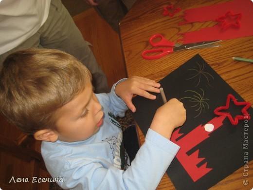 Работы 3-4-леток с помощью родителей. Вырезать зубчики было особенно трудно! Салют нарисован пастельными карандашами. Звезда - ёршик (pipe cleaner). Тоже было непросто сделать все пять углов у звезды. Звезда закреплена степлером. фото 3