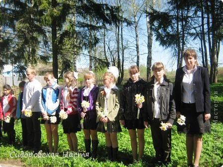 """Ученики около памятника """"Скорбящая мать"""" фото 1"""