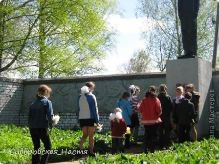 """Ученики около памятника """"Скорбящая мать"""" фото 12"""