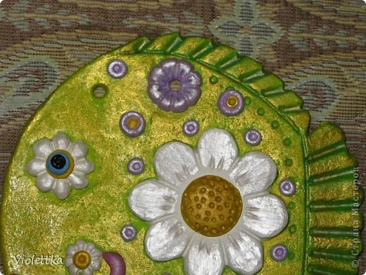 Рыба-Ромашка, сделана в подарок маме Ромашки (мальчика зовут Рома, а подарок его маме), покрыта золотой краской, такая зелено-золотая полянка, а во рту у нее опять же ромашка, видимо ромашек много не бывает  фото 3