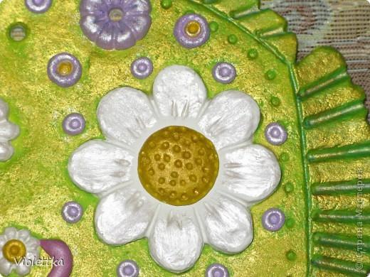 Рыба-Ромашка, сделана в подарок маме Ромашки (мальчика зовут Рома, а подарок его маме), покрыта золотой краской, такая зелено-золотая полянка, а во рту у нее опять же ромашка, видимо ромашек много не бывает  фото 4