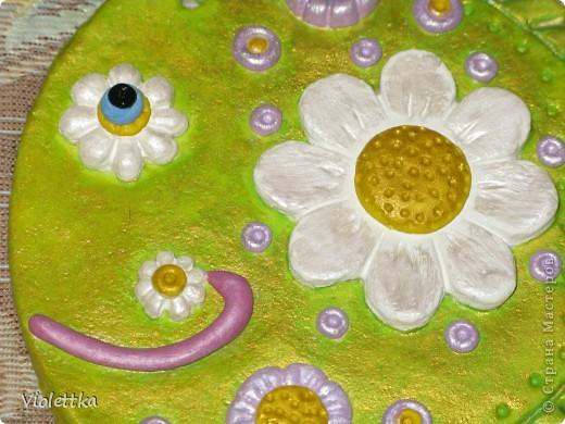 Рыба-Ромашка, сделана в подарок маме Ромашки (мальчика зовут Рома, а подарок его маме), покрыта золотой краской, такая зелено-золотая полянка, а во рту у нее опять же ромашка, видимо ромашек много не бывает  фото 5