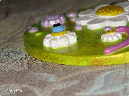 Рыба-Ромашка, сделана в подарок маме Ромашки (мальчика зовут Рома, а подарок его маме), покрыта золотой краской, такая зелено-золотая полянка, а во рту у нее опять же ромашка, видимо ромашек много не бывает  фото 6