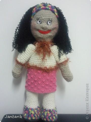 Очень хотелось куклу связать и получилась вот такая куклёшка. Ростом примерно 43 см.Это настольная кукла-сзади есть 2 держателя,как и в нескольких предыдущих куклах. фото 1