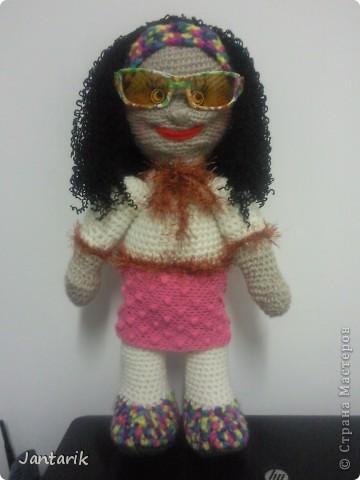 Очень хотелось куклу связать и получилась вот такая куклёшка. Ростом примерно 43 см.Это настольная кукла-сзади есть 2 держателя,как и в нескольких предыдущих куклах. фото 2