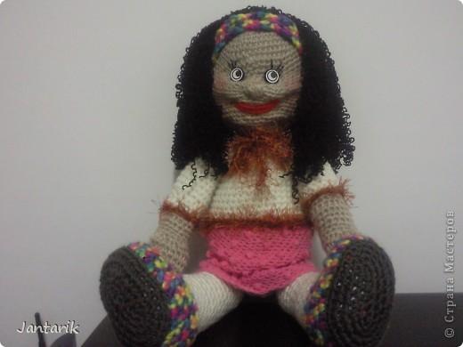 Очень хотелось куклу связать и получилась вот такая куклёшка. Ростом примерно 43 см.Это настольная кукла-сзади есть 2 держателя,как и в нескольких предыдущих куклах. фото 5