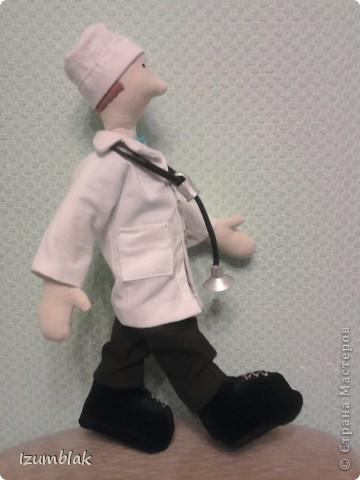Здравствуйте, уважаемые мастерицы! Эта кукла сделана в подарок самому лучшему доктору в мире - моему мужу. Придет завтра усталый после суточного дежурства, а на тумбочке - его двойник! Надеюсь, что ему понравится, и он улыбнется. фото 2