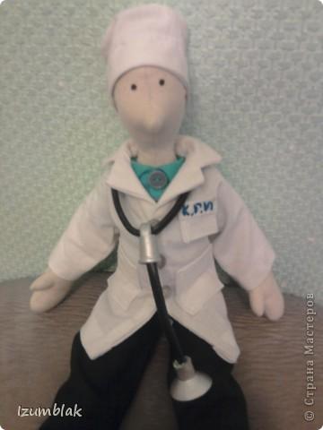 Здравствуйте, уважаемые мастерицы! Эта кукла сделана в подарок самому лучшему доктору в мире - моему мужу. Придет завтра усталый после суточного дежурства, а на тумбочке - его двойник! Надеюсь, что ему понравится, и он улыбнется. фото 4