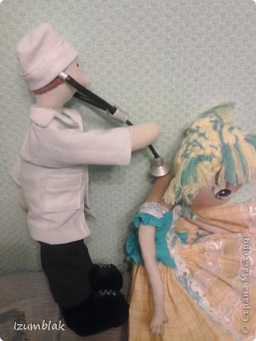 Здравствуйте, уважаемые мастерицы! Эта кукла сделана в подарок самому лучшему доктору в мире - моему мужу. Придет завтра усталый после суточного дежурства, а на тумбочке - его двойник! Надеюсь, что ему понравится, и он улыбнется. фото 3