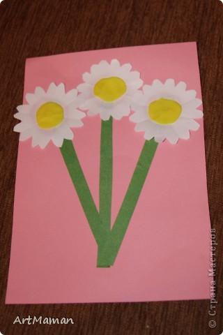 Цветы из салфеток и гофробумаги (оказалось, что она красится от клея-карандаша). Делали с дочкой в 1 г. 8 мес.  фото 5
