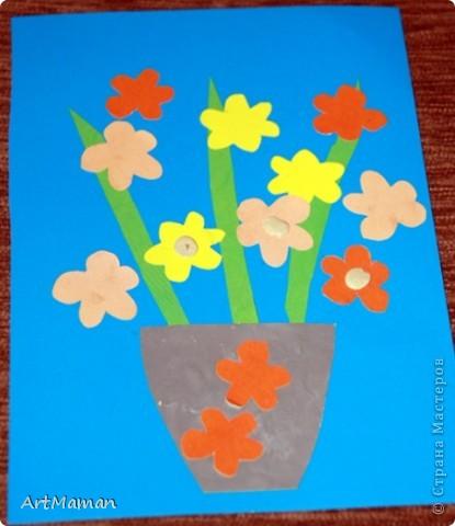 Цветы из салфеток и гофробумаги (оказалось, что она красится от клея-карандаша). Делали с дочкой в 1 г. 8 мес.  фото 6