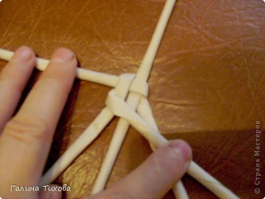 Для создания такого петушка мне потребовались: ножницы, клеевой термопистолет, красная и золотая аэрозольная эмаль. фото 14