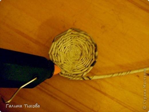 Для создания такого петушка мне потребовались: ножницы, клеевой термопистолет, красная и золотая аэрозольная эмаль. фото 20