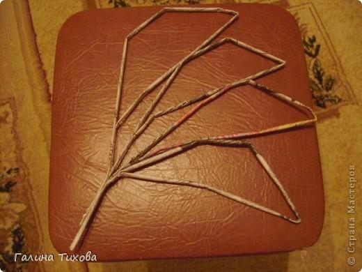 Для создания такого петушка мне потребовались: ножницы, клеевой термопистолет, красная и золотая аэрозольная эмаль. фото 26