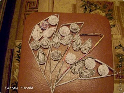 Для создания такого петушка мне потребовались: ножницы, клеевой термопистолет, красная и золотая аэрозольная эмаль. фото 27