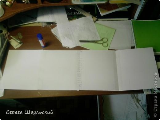 Если вам не нравится обложка тетради, с которой вам ежедневно приходится таскаться в школу, добро пожаловать на мой мастер класс!  Итак, для работы вам понадобятся: 1. Упаковочная бумага ( я купил лист 50х80см ) 2. Плотная бумага (НЕ КАРТОН! В противном случае обложка получится слишком толстой. Лучше всего подойдет бумага для уроков черчения) 3. Двухсторонний скотч (у меня был только объемный, так что получилось с эффектом наполнителя) 4. Клей (можно клей - карандаш, от ПВА бумага размокнет и станет непригодной, котя в крайнем случае можно использовать и его) 5. Собственно, сама тетрадь (замечания: а)обложка должна быть твердой, т.к. мягкую вы быстрее помнете, чем вставите. б) тетрадь на пружине лучше не использовать (просто поверьте мне) ). фото 3