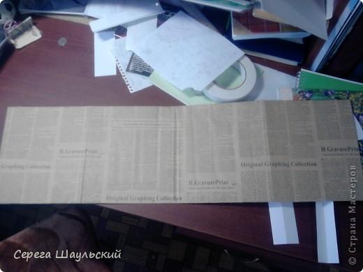 Если вам не нравится обложка тетради, с которой вам ежедневно приходится таскаться в школу, добро пожаловать на мой мастер класс!  Итак, для работы вам понадобятся: 1. Упаковочная бумага ( я купил лист 50х80см ) 2. Плотная бумага (НЕ КАРТОН! В противном случае обложка получится слишком толстой. Лучше всего подойдет бумага для уроков черчения) 3. Двухсторонний скотч (у меня был только объемный, так что получилось с эффектом наполнителя) 4. Клей (можно клей - карандаш, от ПВА бумага размокнет и станет непригодной, котя в крайнем случае можно использовать и его) 5. Собственно, сама тетрадь (замечания: а)обложка должна быть твердой, т.к. мягкую вы быстрее помнете, чем вставите. б) тетрадь на пружине лучше не использовать (просто поверьте мне) ). фото 5
