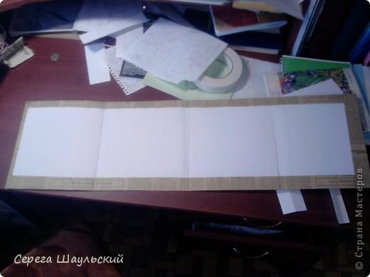 Если вам не нравится обложка тетради, с которой вам ежедневно приходится таскаться в школу, добро пожаловать на мой мастер класс!  Итак, для работы вам понадобятся: 1. Упаковочная бумага ( я купил лист 50х80см ) 2. Плотная бумага (НЕ КАРТОН! В противном случае обложка получится слишком толстой. Лучше всего подойдет бумага для уроков черчения) 3. Двухсторонний скотч (у меня был только объемный, так что получилось с эффектом наполнителя) 4. Клей (можно клей - карандаш, от ПВА бумага размокнет и станет непригодной, котя в крайнем случае можно использовать и его) 5. Собственно, сама тетрадь (замечания: а)обложка должна быть твердой, т.к. мягкую вы быстрее помнете, чем вставите. б) тетрадь на пружине лучше не использовать (просто поверьте мне) ). фото 4