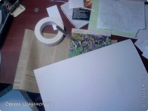 Если вам не нравится обложка тетради, с которой вам ежедневно приходится таскаться в школу, добро пожаловать на мой мастер класс!  Итак, для работы вам понадобятся: 1. Упаковочная бумага ( я купил лист 50х80см ) 2. Плотная бумага (НЕ КАРТОН! В противном случае обложка получится слишком толстой. Лучше всего подойдет бумага для уроков черчения) 3. Двухсторонний скотч (у меня был только объемный, так что получилось с эффектом наполнителя) 4. Клей (можно клей - карандаш, от ПВА бумага размокнет и станет непригодной, котя в крайнем случае можно использовать и его) 5. Собственно, сама тетрадь (замечания: а)обложка должна быть твердой, т.к. мягкую вы быстрее помнете, чем вставите. б) тетрадь на пружине лучше не использовать (просто поверьте мне) ). фото 1