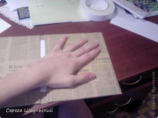 Если вам не нравится обложка тетради, с которой вам ежедневно приходится таскаться в школу, добро пожаловать на мой мастер класс!  Итак, для работы вам понадобятся: 1. Упаковочная бумага ( я купил лист 50х80см ) 2. Плотная бумага (НЕ КАРТОН! В противном случае обложка получится слишком толстой. Лучше всего подойдет бумага для уроков черчения) 3. Двухсторонний скотч (у меня был только объемный, так что получилось с эффектом наполнителя) 4. Клей (можно клей - карандаш, от ПВА бумага размокнет и станет непригодной, котя в крайнем случае можно использовать и его) 5. Собственно, сама тетрадь (замечания: а)обложка должна быть твердой, т.к. мягкую вы быстрее помнете, чем вставите. б) тетрадь на пружине лучше не использовать (просто поверьте мне) ). фото 8
