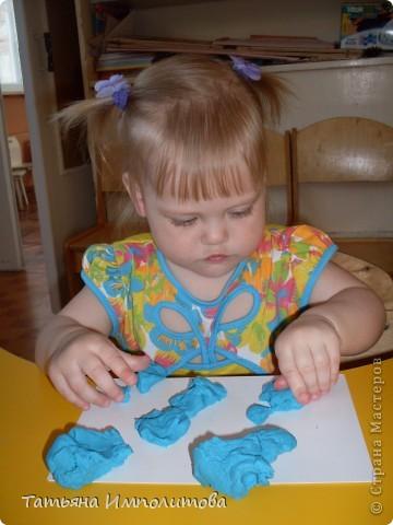 Сегодня рисовали пальчиковыми красками с помощью ватных палочек и губки фото 11