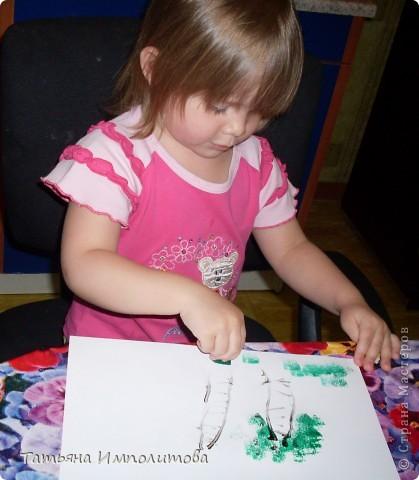 Сегодня рисовали пальчиковыми красками с помощью ватных палочек и губки фото 6