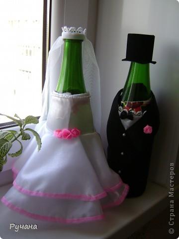Свадебная пара. Качество фото, к сожалению, не очень. Это мой первый опыт в шитье костюмчиков для бутылочек. Надеюсь молодоженам понравится))) фото 1