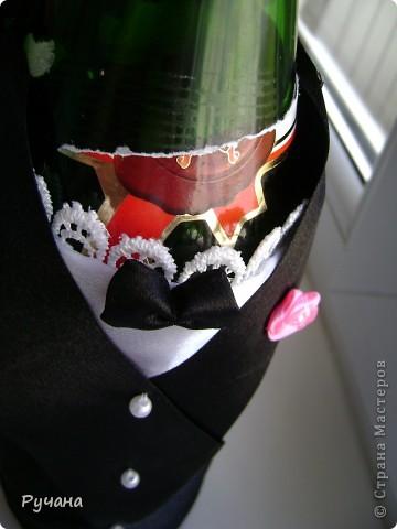 Свадебная пара. Качество фото, к сожалению, не очень. Это мой первый опыт в шитье костюмчиков для бутылочек. Надеюсь молодоженам понравится))) фото 6