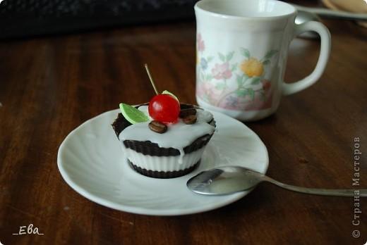 Мои первые мыльные пироженки! Хвостик вишенки - палочка от высушенной лаврушки, кофе - натуральные зерна. Все остально из мыла. фото 1