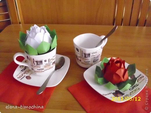 Увидела в интернете эту красоту и не удержалась. Сделала сама теперь хочу поделиться с вами. Этими цветами можно украсить праздничный стол, положить в цветок маленький подарочек и подарить ...... .