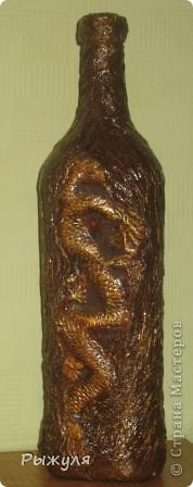 Посередине гипсовая заливка дракона, а бутылка декорирована мятыми бумажными полотенцами, покрашена золотой краской и лак фото 1