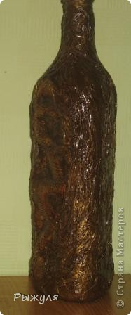 Посередине гипсовая заливка дракона, а бутылка декорирована мятыми бумажными полотенцами, покрашена золотой краской и лак фото 2